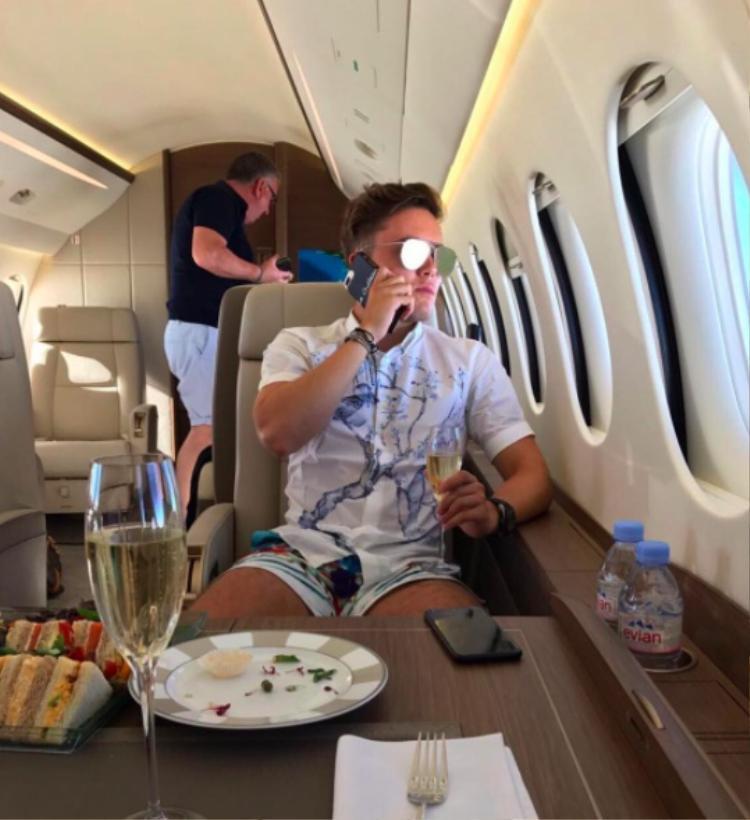 Hoặc nếu không, chí ít cũng phải uống champagne thượng hạng trên máy bay riêng.