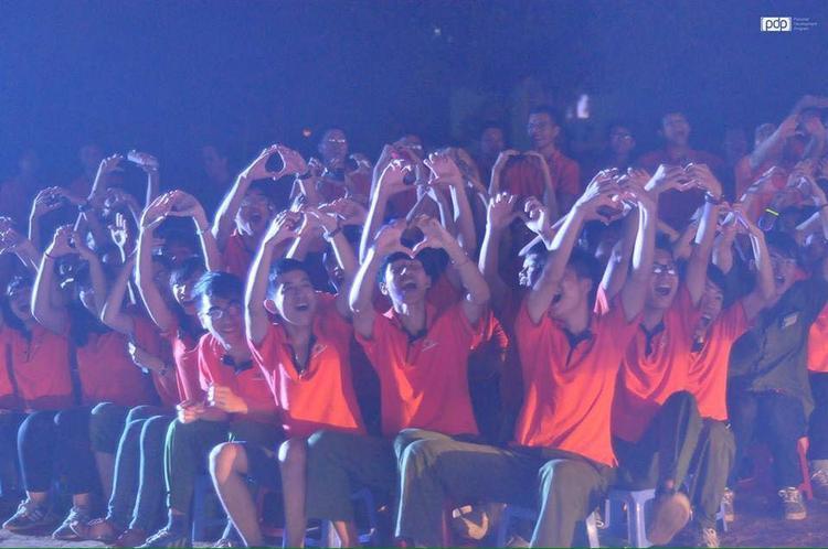 Sinh viên cổ vũ hết mình trong đêm hội
