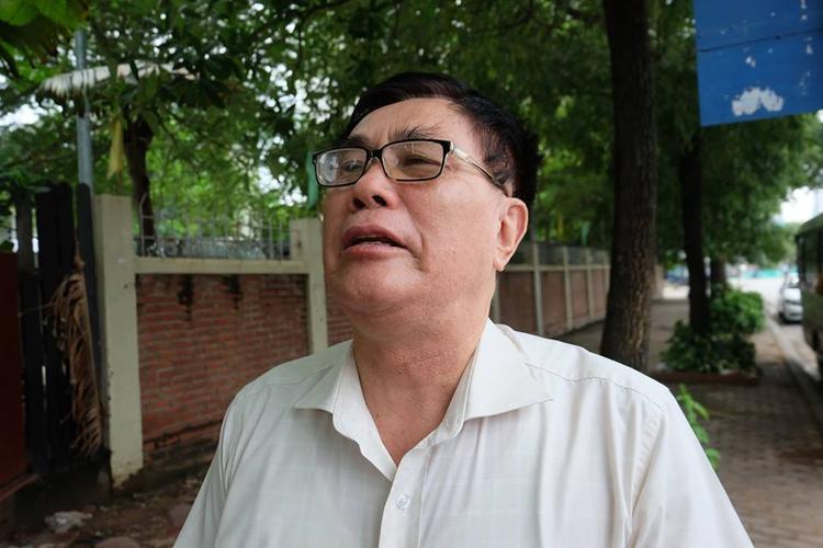 Ông Tấn khóc nấc nghẹn ngào khi hay tin thầy Cương mất.