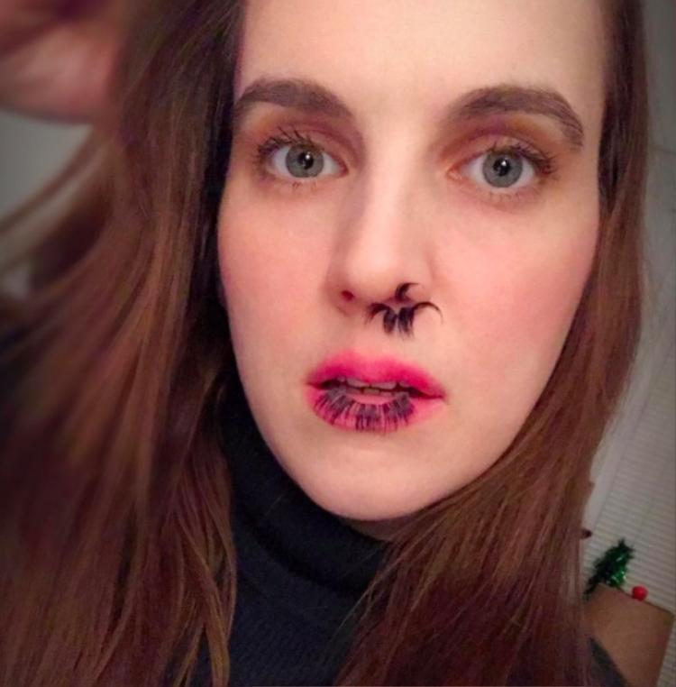 Nhiều cô gái cũng bắt chước gắn lông mũi và khoe ảnh lên mạng xã hội.