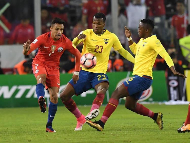 Chile (áo đỏ) với nhiệm vụ phải thắng chủ nhà Brazil.