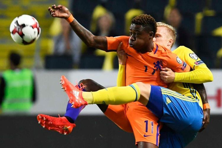Hà Lan (áo cam) muốn thắng Thụy Điển cách biệt 7 bàn xem ra không tưởng.