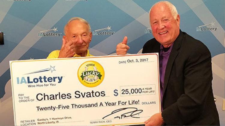 Cụ ông Charles Svatos đã trúng xổ số độc đắc thật sự như lời tiên đoán của chiếc bánh may mắn.