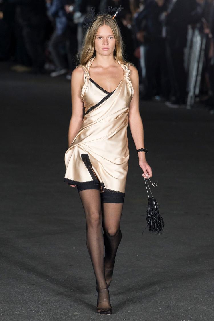 Một biến tấu của kiểu đầm slip dress từ thương hiệu Alexander Wang.