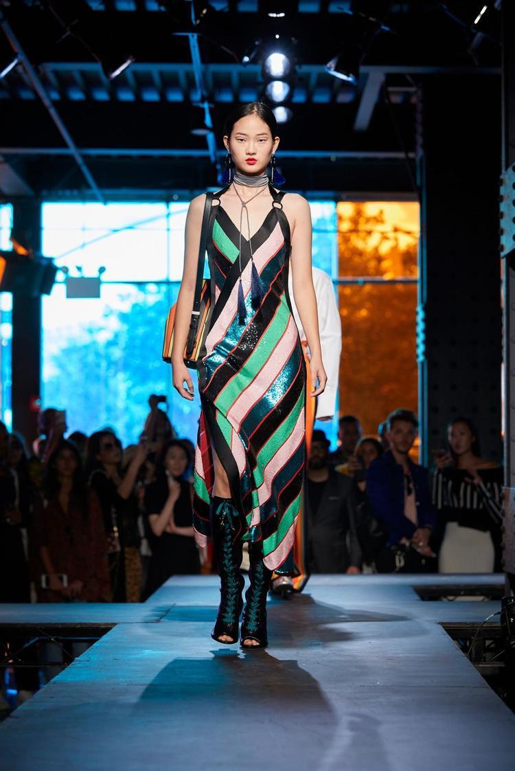 Những chiếc đầm slip-dress sẽ giúp bạn trông thật nhẹ nhàng và quyến rũ.