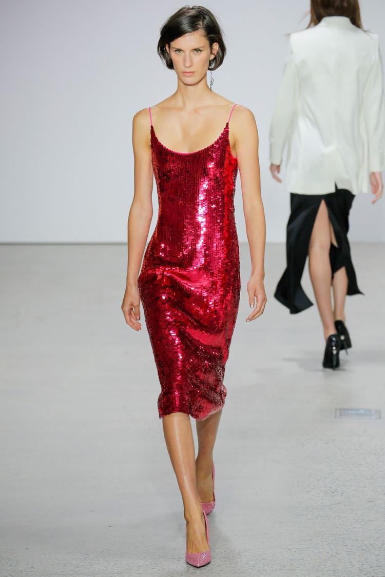 Bạn sẽ trông thật sự nổi bậc và thu hút tại các buổi dạ tiệc hay dạo phố với chiếc váy slip-dress làm từ vải ánh kim của thương hiệu Oscar de La Renta.