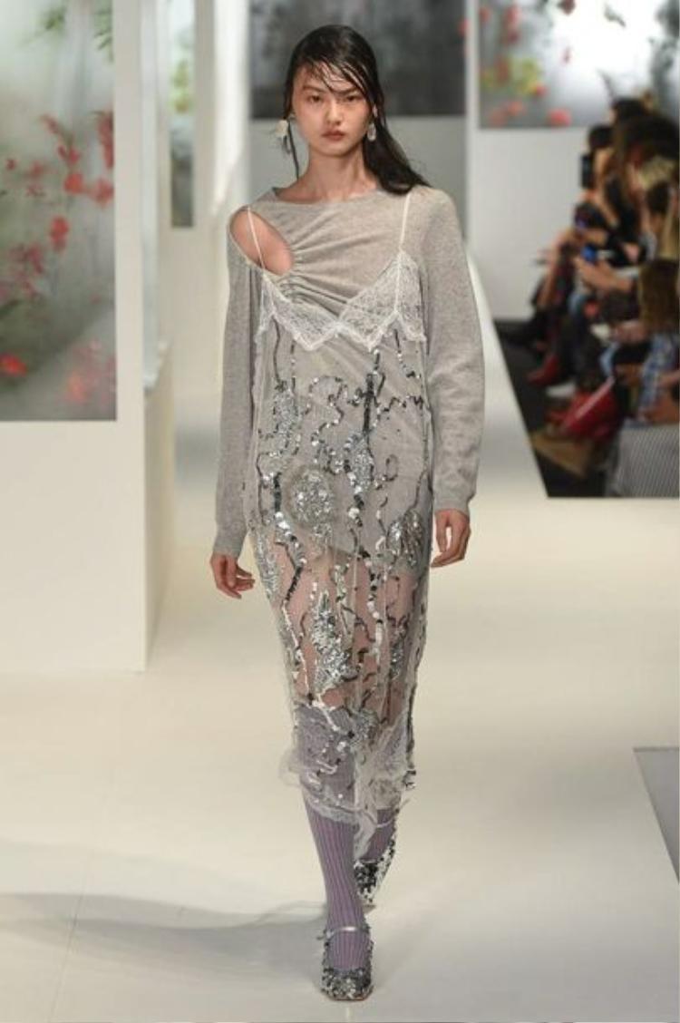Những chiếc đầm slip dress được ưa chuộng không chỉ vì kiểu dáng nhẹ nhàng và quyến rũ, mà còn được tin dùng bởi tính năng dễ phối đồ.