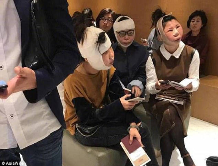 Các cô gái bị giữ lại ở cửa kiểm tra hộ chiếu vì gương mặt khác lạ.