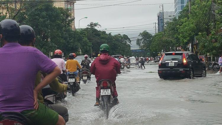 Các tuyền đường Đặng Thái Thân, Ngư Hải, Đinh Công Tráng, Lý Thường Kiệt… bị ngập nặng nề
