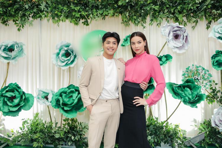 Cả 2 thu hút truyền thông khi vừa xuất hiện. Đây cũng là những nghệ sĩ gắn bó với Gala nhạc Việt từ những ngày đầu tiên.
