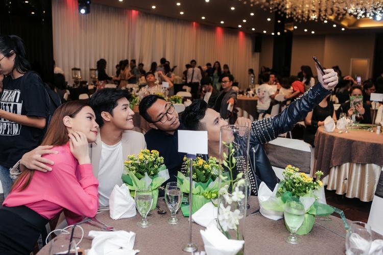 Đặc biệt khoảnh khắc selfie cùng các nghệ sĩ tại bàn tiệc của Hồ Ngọc Hà và Noo Phước Thịnh đã được ghi lại và khiến nhiều khán giả chú ý.