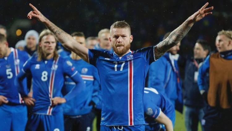 Cảnh các tuyển thủ Iceland cùng người hâm mộ vỗ tay theo điệu Viking.
