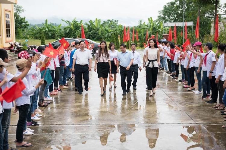 Hoa hậu Đỗ Mỹ Linh trở về Yên Bái thăm hỏi bà con nơi đây.