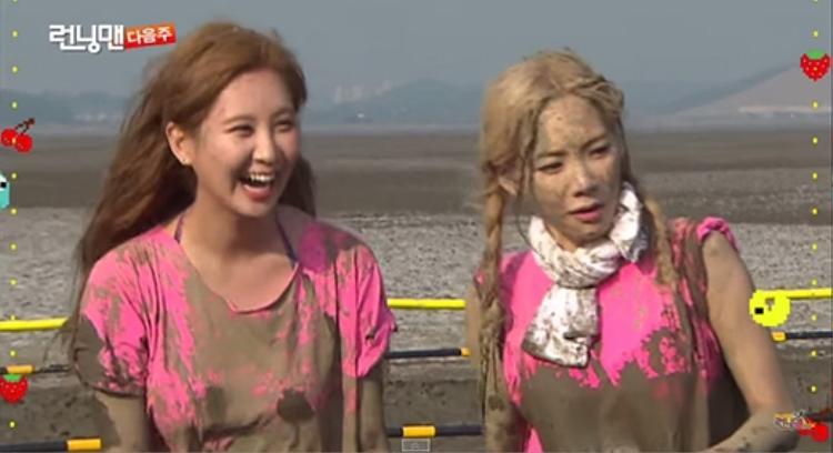 Em út Seohyun cười thích thú vì khuôn mặt đầy bùn của Taeyeon.