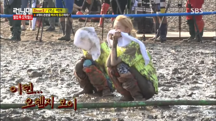 Vẻ thích thú khi ngồi xem các thành viên còn lại chiến đấu với nhau của Yoona.