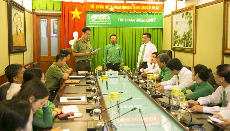 Đại diện Công an TP. HCM trao Quyết định khen thưởng nhân viên Mai Linh dũng cảm bắt cướp.
