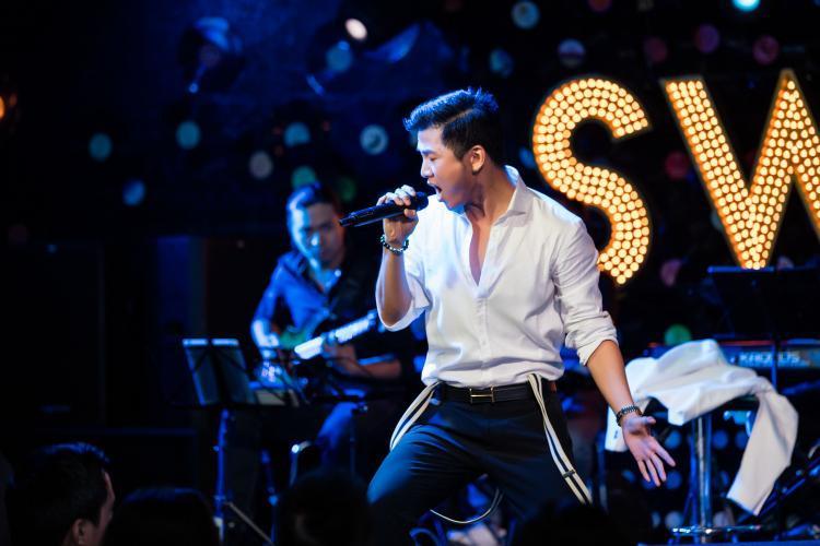 """Tại đêm nhạc, nam ca sĩ còn khiến sân khấu """"nóng hừng hực"""" với bản hit từng trình diễn thành công ởThe Remix 2017 - What is Love."""