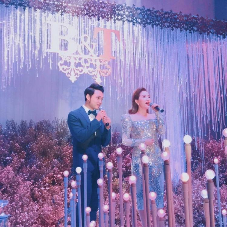 Ngôi nhà hoa hồng từng một thời ghi dấu ấn cặp song ca Quang Vinh - Bảo Thy. Đã rất lâu rồi khán giả mới được dịp nghe lại một lần nữa trên sân khấu.