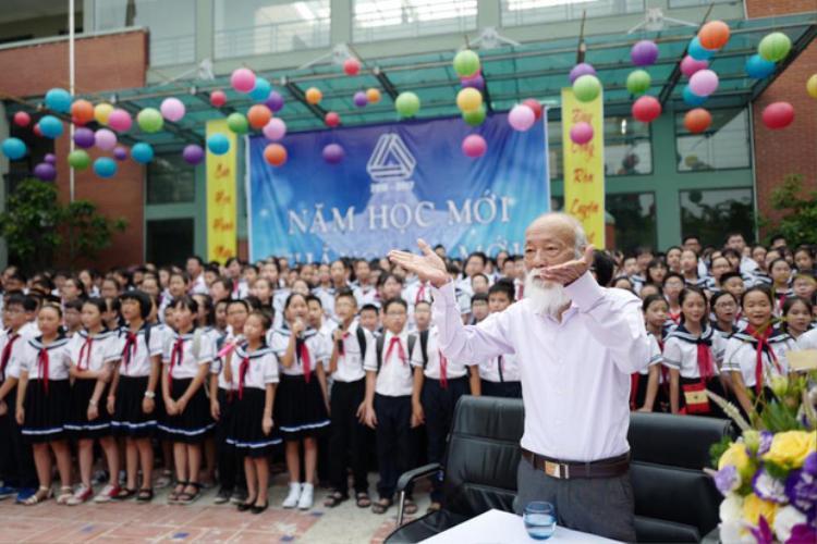Thầy Cương trong lễ khai giảng năm học 2016-2017.