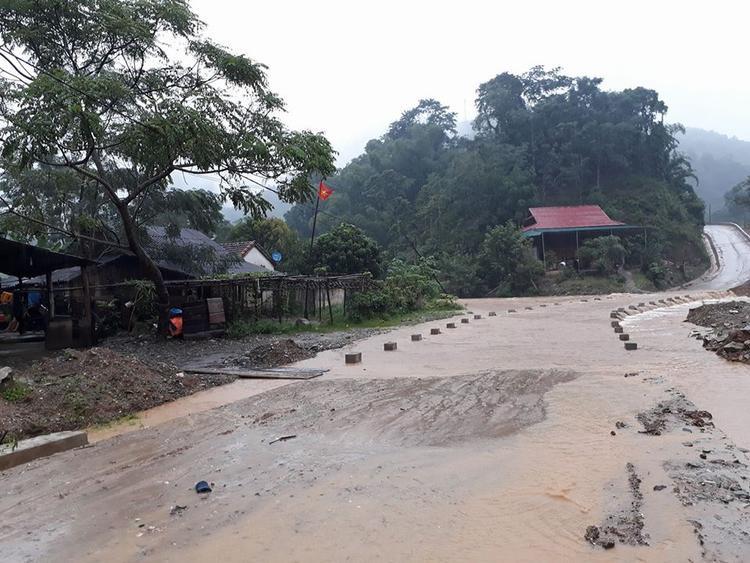 Các con đường vào bản tại huyện Quỳ Hợp đã bị nước dâng lên chia cắt.