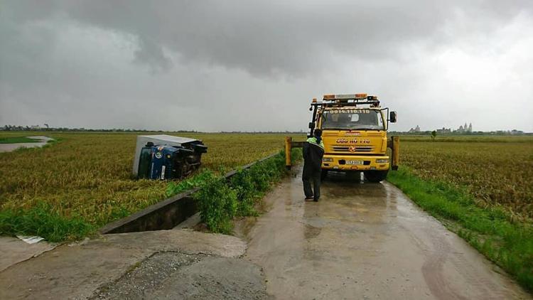 Chiếc ô tô bị lốc xoáy cuốn phăng xuống ruộng.
