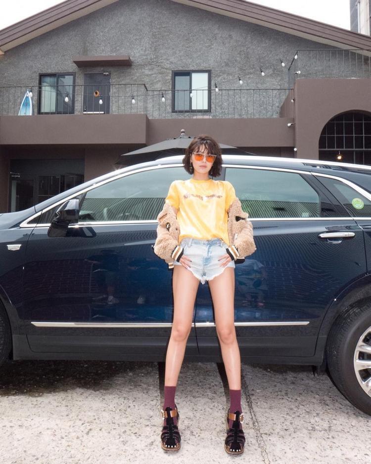 Sooyoung, mảnh ghép đến từ Gyeonggi, Hàn Quốc thường xuyên diện những outfit cá tính. Bộ trang phục với áo lông khoác ngoài, kèm áo phông màu sáng cùng quần short jean ngắn rách gấu. Đặc biệt, cách cô nàng chạy màu từ mắt kính, áo phông đến áo lông cùng tông thể hiện gout thời trang thượng thừa.