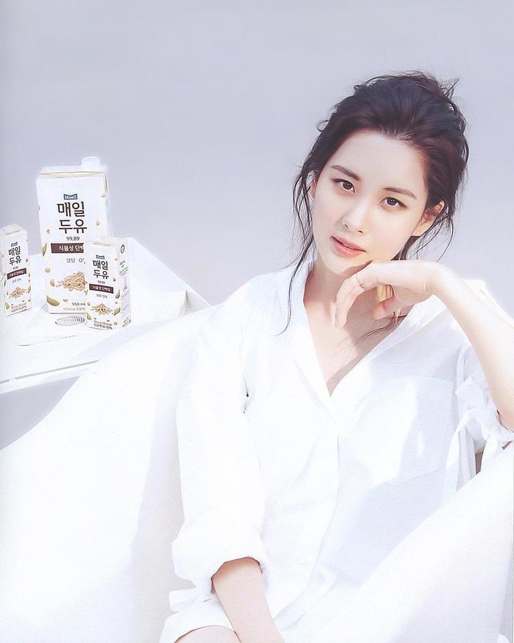 Cô nàng thật sự rất hợp với những gì đơn giản, thanh lịch. Chỉ cần diện chemise trắng, em út của nhóm trông vẫn đẹp xao xuyến, mong manh, như thế này.