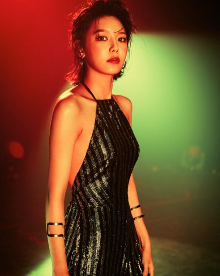 Khi biểu diễn, giọng ca sinh năm 1991 lại ưa chuộng những thiết kế tôn lên sự quyến rũ của bản thân. Như mẫu váy với phần cổ yếm cùng chất liệu lấp lánh này, phần lưng, vai trần được khoe một cách khéo léo, vừa đủ, ghi điểm cho một hình tượng sang trọng, tinh tế.
