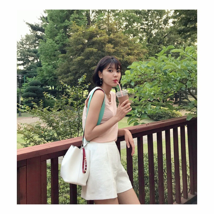 Nhẹ nhàng, trong trẻo với áo không tay kèm short trắng, điểm nhấn là chiếc túi da form lớn. Có thể thấy, giọng ca sinh năm 1991 rất ưa chuộng gam màu sáng trong trang phục đời thường của mình.