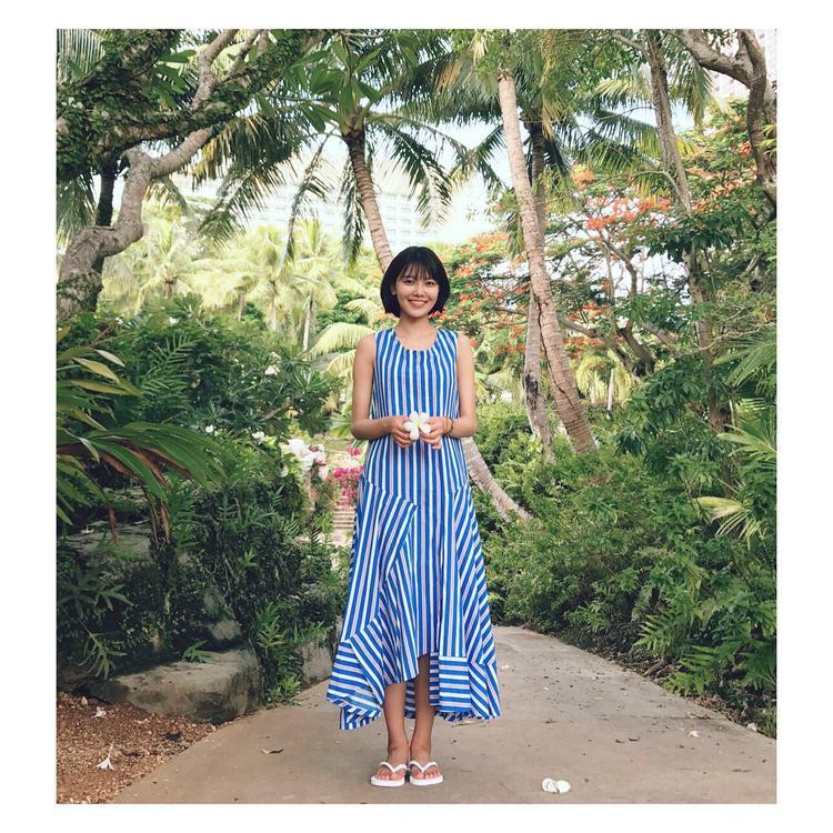 Mẫu váy maxi sọc dọc với hai gam màu xanh trắng thời thượng cùng chi tiết vạt bất đối xứng tạo sự nhẹ nhàng, bay bổng cho cô nàng.