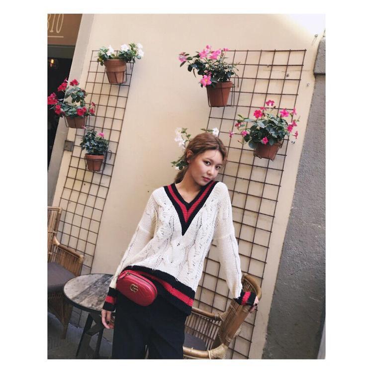 Cô nàng còn là một tín đồ của Gucci, cả chiếc áo len cổ tim sọc cùng mẫu túi đeo hông này đều đến từ nhà mốt nổi tiếng thế giới.
