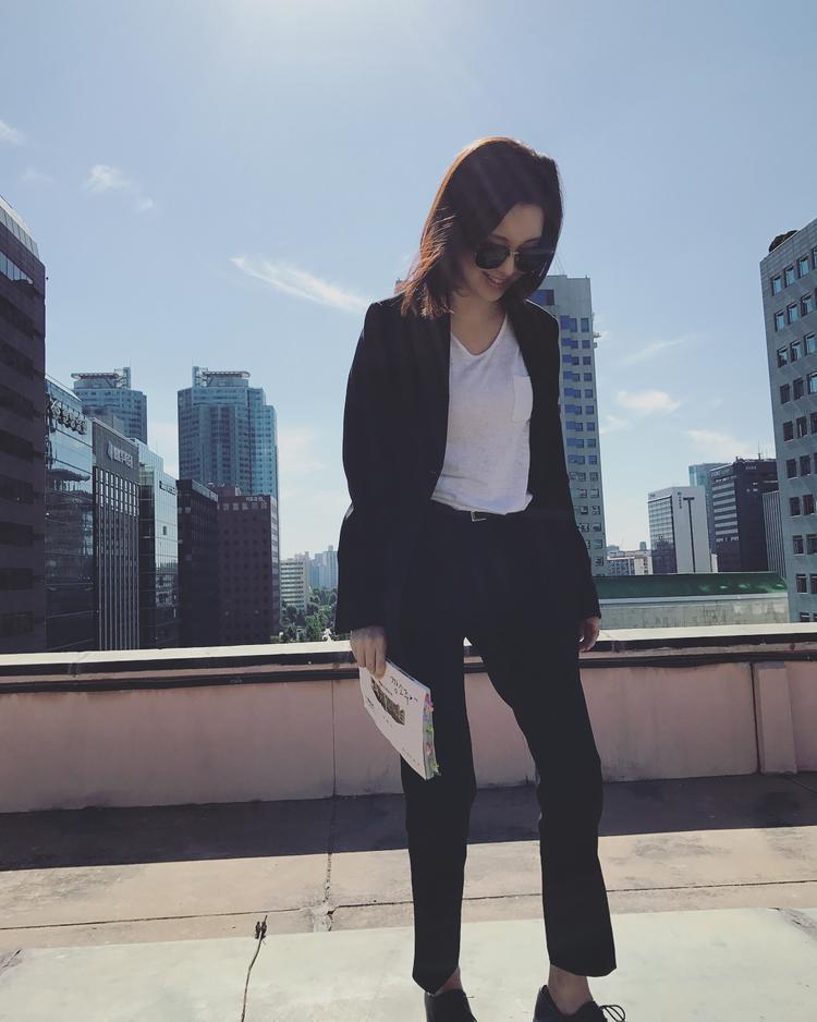 Cho đến cả cây vest đen, phối cùng áo thun trắng, theo tông màu trung tính.