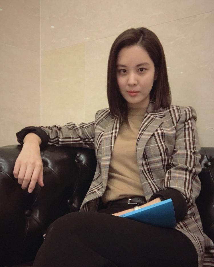 Đến từ Seoul và là em út trong cả nhóm, gout ăn mặc của Seohyun có thể nói là hoàn toàn khác biệt với Sooyoung. Cô nàng ưa chuộng những thiết kế thanh lịch, đơn giản.