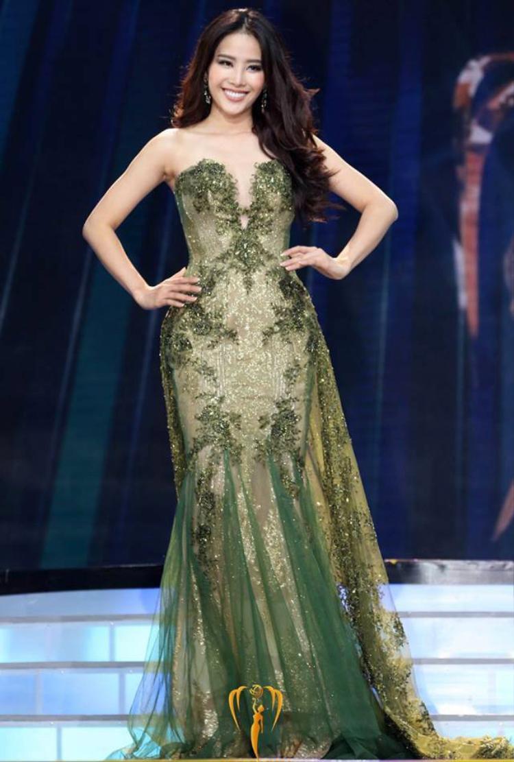 """Trong đêm nhung kết Hoa hậu trái đất 2016, diễn ra tại Philippines, Nam Em mặc dù không đạt được danh hiệu cao nhất nhưng đã vô cùng tỏa sáng. Với chiều cao 1m73, vóc dáng thon gọn cùng làn da trắng sáng, chiếc đầm này đã không gây """"khó dễ"""" khi chân dài gốc Kiên Giang chinh chiến trên đấu trường nhan sắc quốc tế."""