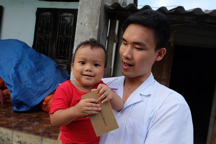 Mỗi tháng anh Chất lại dành một hai ngày cuối tuần tranh thủ về thăm vợ con, mẹ già rồi lại lên TP Ninh Bình tiếp tục công việc. Anh không biết mặt con, chỉ nhận biết qua giọng nói.
