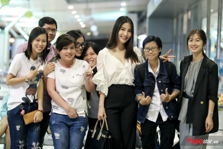 Trước đó, có mặt khá sớm tại sân bay, Diễm My 9X và diễn viên Oanh Kiều (góc phải) đã tranh thủ chụp ảnh cùng người hâm mộ.