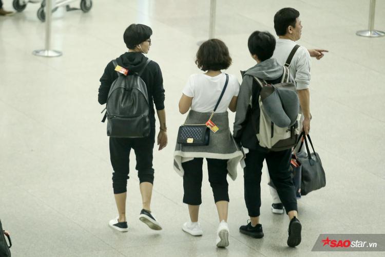 """""""Đả nữ"""" Ngô Thanh Vân (tóc ngắn, bên trái) cũng có mặt từ rất sớm để làm thủ tục và nhanh chóng di chuyển vào khu vực hải quan cùng một số người bạn."""