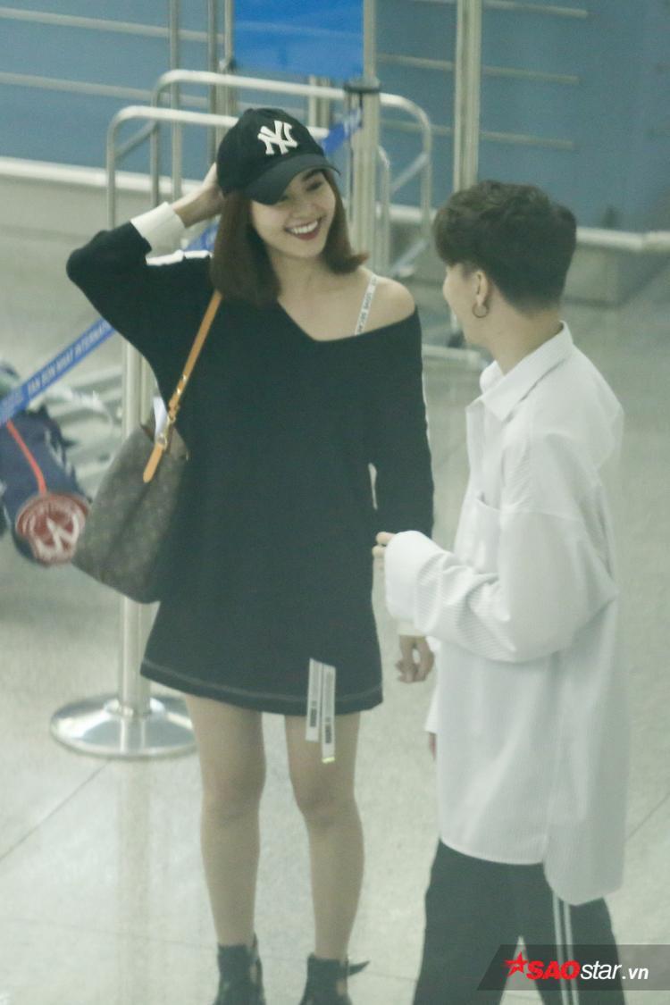 """Sau khi phụ giúp Lan Ngọc làm thủ tục ở cổng check in, cả hai vui vẻ trò chuyện cùng nhau. Trước đó, S.T đã tranh thủ dẫn """"bạn gái"""" đi mua sắm để tặng quà nhân dịp ngày Phụ nữ Việt Nam 20/10."""