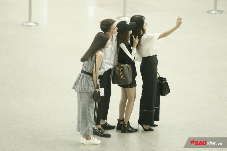 """Việc xuất hiện dàn """"trai xinh - gái đẹp"""" của bộ phim Cô Ba Sài Gòn tại sân bay đã thu hút sự quan tâm của nhiều khán giả."""