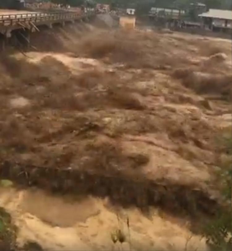 Lũ lớn ở Yên Bái, sơ tán người dân và tải sản khẩn cấp