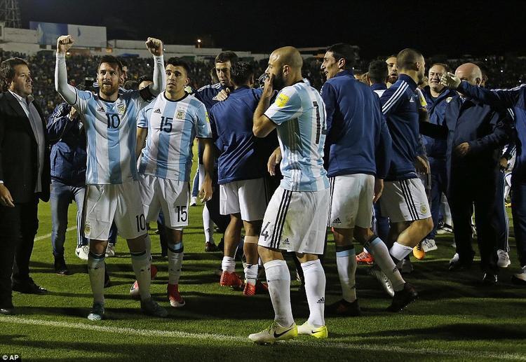 Niềm vui vô bờ bến của Messi và các đồng đội sau khi trọng tài thổi còi kết thúc trận đấu. Dù là một trong 2 đội bóng mạnh nhất khu vực Nam Mỹ nhưng Argentina phải rất vất vả mới có thể vượt qua vòng loại.