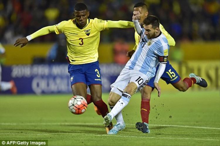 Sang hiệp 2, Messi hoàn tất show diễn của riêng mình với bàn thắng từ cú tâng bóng điệu nghệ. Chiến thắng 3-1 cộng với những kết quả kém cỏi của các đối thủ trực tiếp giúp Argentina vươn lên vị trí thứ 3 kèm theo suất vào thẳng World Cup 2018.