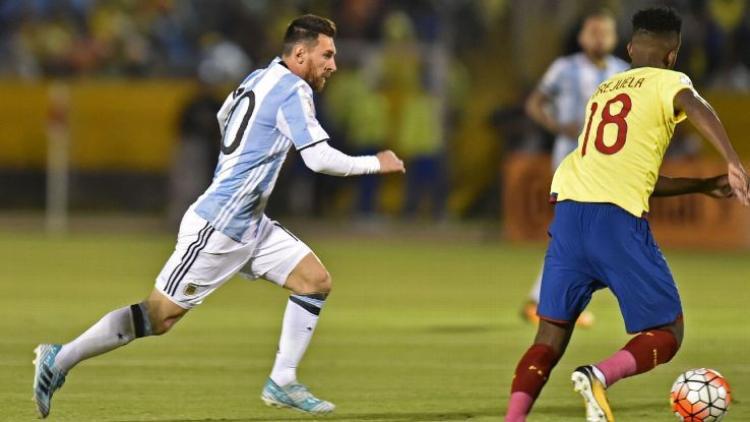 Chỉ ít phút sau, vẫn là Messi tận dụng tình huống khống chế bóng không tốt của đối phương, xâm nhập vào vùng 16m50 rồi tung cú sút căng giúp Argentina dẫn ngược 2-1.