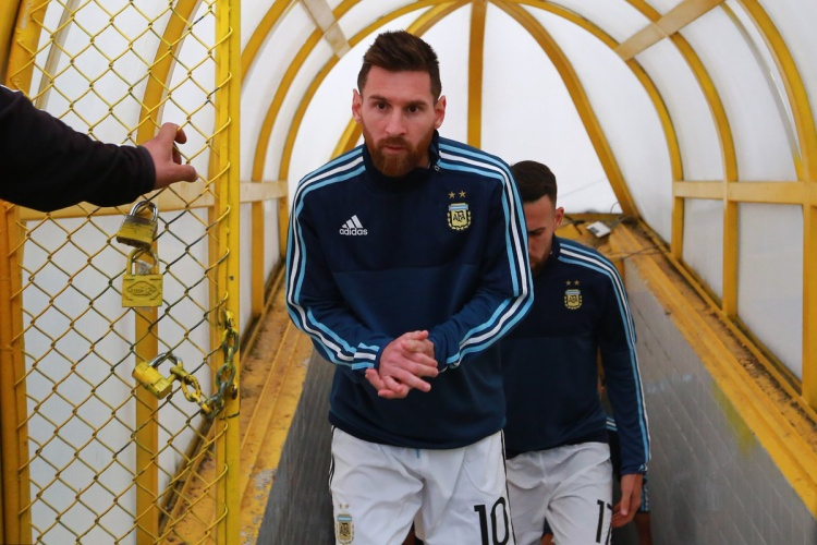 Messi dẫn đầu đội tuyển Argentina bước ra khỏi đường hầm sân Olímpico Atahualpa, Quito.