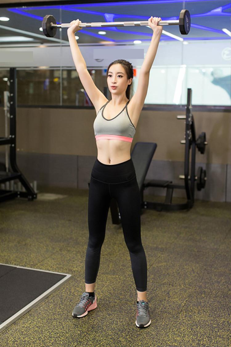 Không chỉ vậy, Mỹ Linh còn đang tích cực luyện tập kĩ năng catwalk dưới sự hướng dẫn của Anjo Santos - chuyên gia về trình diễn sân khấu, người sáng lập trung tâm đào tạo người mẫu, hoa hậu Modelo Bikolano. Đồng thời, Anjo Santos cũng là đạo diễn catwalk của rất nhiều chương trình thời trang, cuộc thi sắc đẹp nổi tiếng tại Philippines nên mới được hoa hậu tin tưởng lựa chọn.
