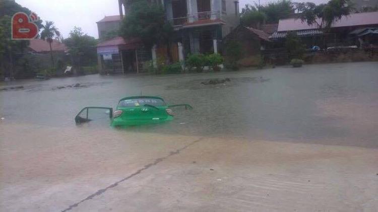 Hình ảnh chiếc xe taxi chìm nghỉm trong nước. (Ảnh: BEATVN)