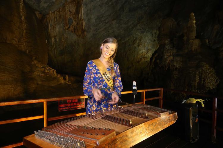 Miss Grand Costa Rica thích thú khi được chơi nhạc cụ dân tộc.