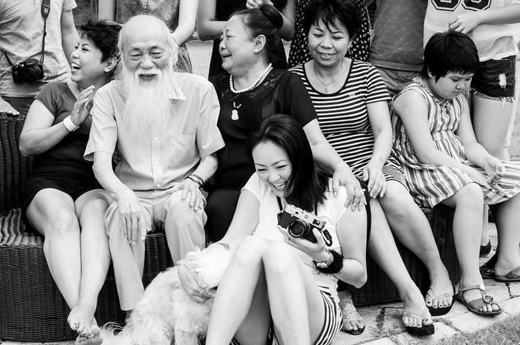 Thầy Cương chụp ảnh cùng gia đình. Ảnh: FB cô Thùy Dương.