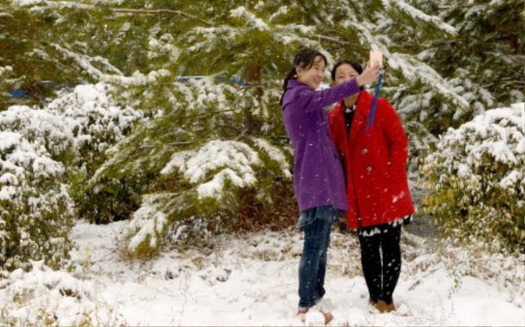Dân Trung Quốc sốc nặng vì tuyết phủ kín đường giữa mùa thu