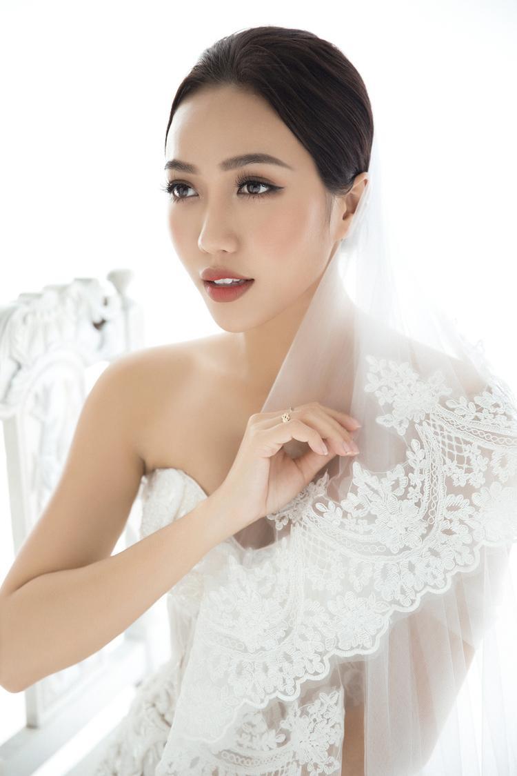 Phong cách cô dâu tưởng như giản dị nhưng lại tôn lên đường nét tự nhiên, cũng như hình thể Diệu Nhi một cách hoàn hảo.